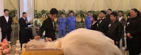 殡仪馆里的特殊婚礼 看哭……