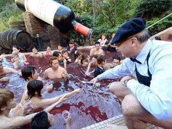 世界上的各种奇葩!日本人用红酒洗澡_hao123