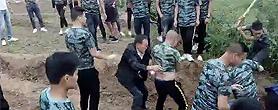 征地纠纷 数十名着迷彩T恤男子棒打村民