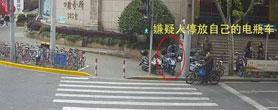 外卖员电瓶车被偷 默默开走边上同行的车
