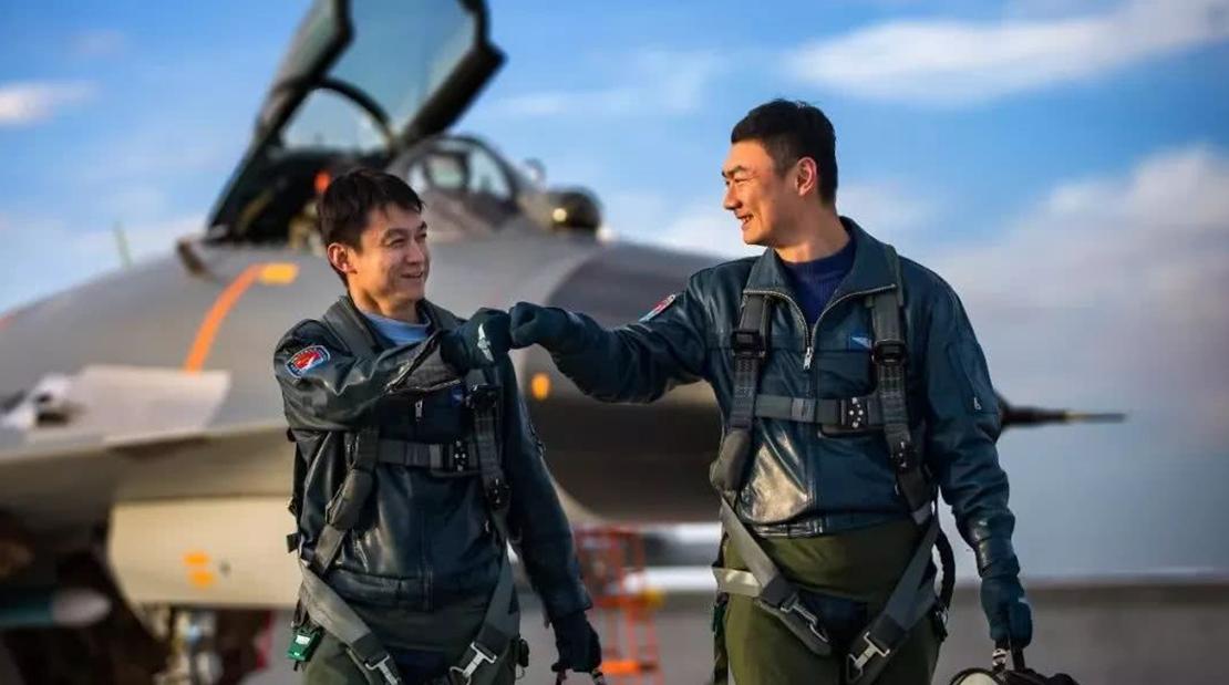 """获得中国空军飞?#24615;薄?#37329;头盔""""是一?#36136;?#20040;经历?"""