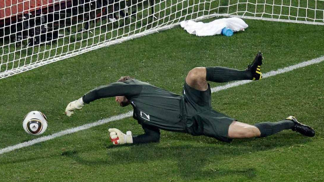 足球越光滑飞得越远?这样的足球才是守门员的噩梦