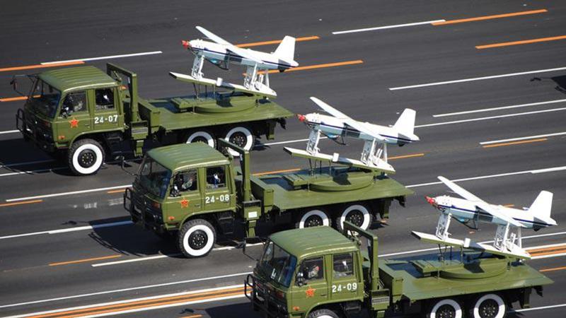 大阅兵的无人机为何不能编队飞,只能卡车拖着走?